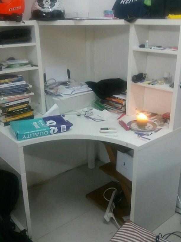 שולחן-מחשב-פינתי-עם-מדפים - יד 2
