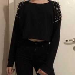חולצה-שחורה-ניטים-ברשקה-מידה-סמול