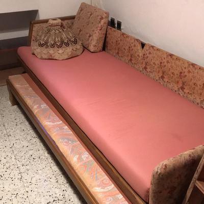 למכירת-מיטת-וינטג-רומנטית-יפהפיה-זקוקה-לחידוש-נבנתה-בהזמנה-על-ידי-נגר-כוללת-מיטת-חבר-עץ-מחא
