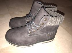 נעליים-אפורות