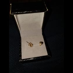 עגילי-זהב-24k-(לא-ציפוי)-בצורת-לב - יד 2