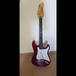 גיטרה-חשמלית-של-חברת-HAMER-בצבע-אדום-לבן- - יד 2