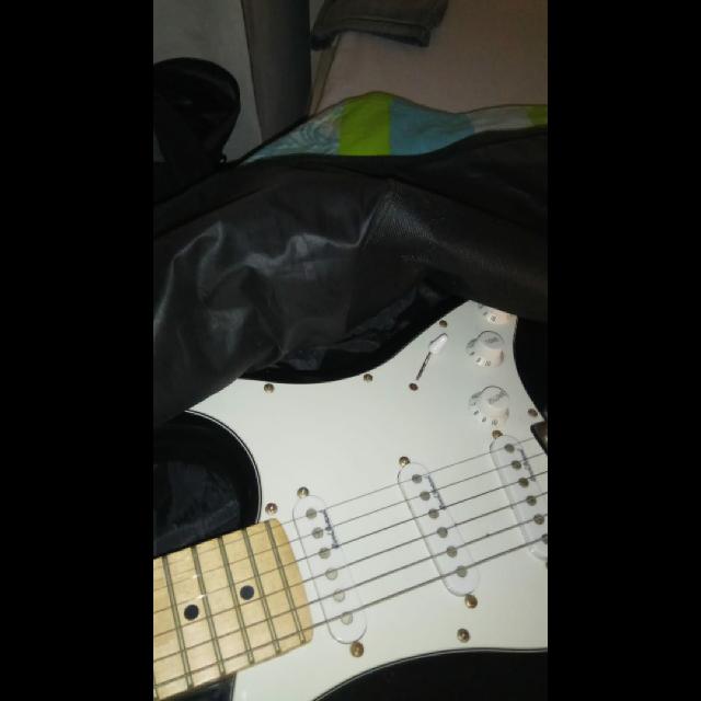 גיטרה-חשמלית-+-מגבר-20w-חדש-לגמרי-+-כייס-בד