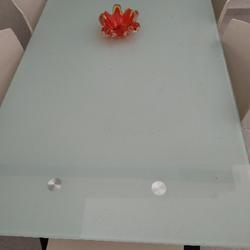 שולחן-זכוכית-ושש-כסאות-במצב-מצויין
