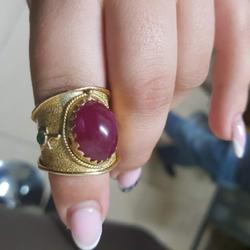 טבעת-זהב-משובצת-אבן-רובי-מרכזית-יוקרתית
